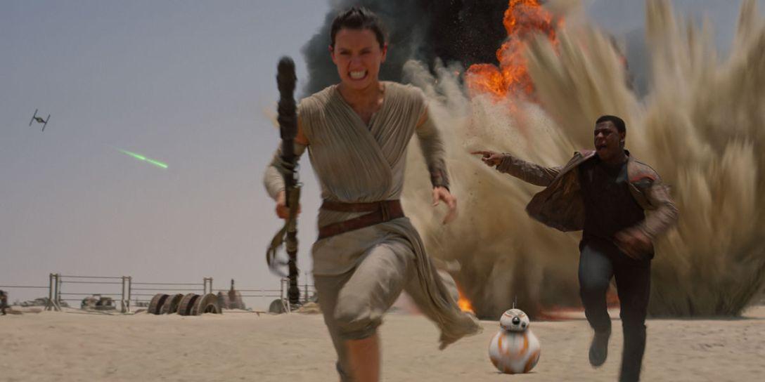 Star-Wars-Force-Awakens-Rey-Finn-BB8-running